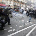 Polis bertempur dengan penunjuk perasaan di Perancis