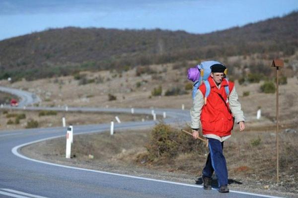 Lelaki 47 tahun berjalan kaki