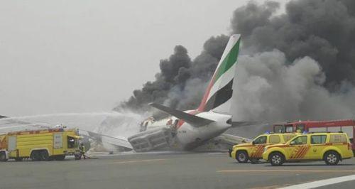 Pesawat Emirates Terbakar